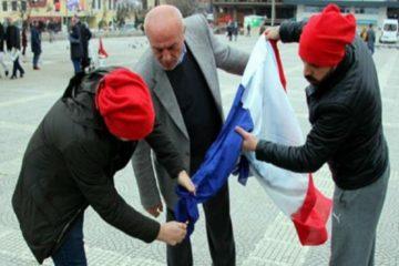 Erdoğan fans burn French flag, attack Norwegian journalist mistaking for 'Dutch'