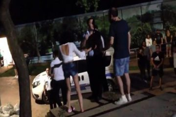 Turkish security guards do not allow women in shorts in İstanbul park