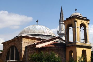 First Armenian religious service held in İzmir in 95 years while a church awaits permission for maintanence in İstanbul