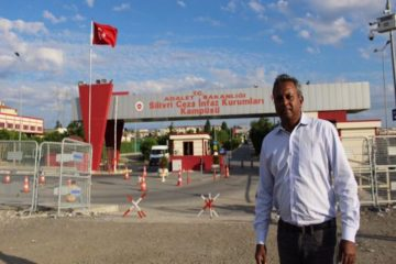 Amnesty secretary-general poses outside infamous Turkish prison where AI's Eser is jailed