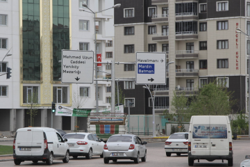 Turkish authorities remove Kurdish language signs from Diyarbakır streets